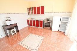 Кухня. Черногория, Шушань : Апартамент с огромной гостиной, с 3-мя отдельными спальнями, с 2-мя ванными комнатами, с 4-мя балконами с видом на море