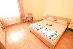 Спальня. Черногория, Шушань : Апартамент с огромной гостиной, с 3-мя отдельными спальнями, с 2-мя ванными комнатами, с 4-мя балконами с видом на море