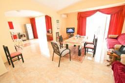 Гостиная. Черногория, Шушань : Апартамент с огромной гостиной, с 3-мя отдельными спальнями, с 2-мя ванными комнатами, с 5-ю балконами с видом на море