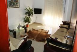 Гостиная. Черногория, Петровац : Уютный апартамент с отдельной спальней и балконом с живописным видом на море