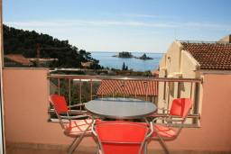 Вид на море. Черногория, Петровац : Уютный апартамент с отдельной спальней и балконом с живописным видом на море