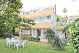 Фасад дома. Черногория, Герцег-Нови : 3-х этажный дом с 2-мя большими гостиными, с 4-мя отдельными спальнями, с 4-мя ванными комнатами, с 2-мя балконами с видом на море, с большим двором, с местом для барбекю, возле пляжа