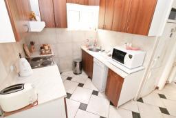 Кухня. Черногория, Герцег-Нови : 3-х этажный дом с 2-мя большими гостиными, с 4-мя отдельными спальнями, с 4-мя ванными комнатами, с 2-мя балконами с видом на море, с большим двором, с местом для барбекю, возле пляжа
