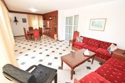 Гостиная. Черногория, Герцег-Нови : 3-х этажный дом с 2-мя большими гостиными, с 4-мя отдельными спальнями, с 4-мя ванными комнатами, с 2-мя балконами с видом на море, с большим двором, с местом для барбекю, возле пляжа
