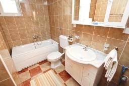 Ванная комната. Черногория, Булярица : Апартамент с отдельной спальней, с балконом