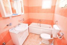 Ванная комната. Черногория, Булярица : Апартамент с просторной гостиной, с отдельной спальней, с балконом с видом на море