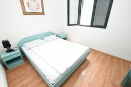 Спальня. Черногория, Булярица : Апартамент с 2-мя отдельными спальнями, с шикарным видом на море, возле пляжа