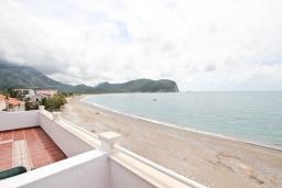 Вид на море. Черногория, Булярица : Апартамент с 2-мя отдельными спальнями, с шикарным видом на море, возле пляжа