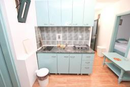 Кухня. Черногория, Булярица : Апартамент с 3-мя отдельными спальнями, с большой террасой с шикарным видом на море, возле пляжа