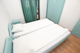 Спальня. Черногория, Булярица : Апартамент с 3-мя отдельными спальнями, с большой террасой с шикарным видом на море, возле пляжа