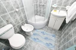 Ванная комната. Черногория, Булярица : Апартамент с 3-мя отдельными спальнями, с большой террасой с шикарным видом на море, возле пляжа