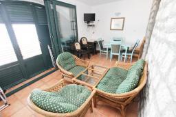 Терраса. Черногория, Булярица : Апартамент с 3-мя отдельными спальнями, с большой террасой с шикарным видом на море, возле пляжа