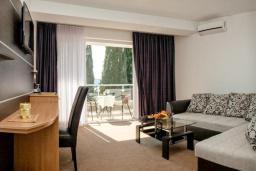 Гостиная. Черногория, Герцег-Нови : Люкс с балконом и видом на море