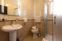Ванная комната. Черногория, Герцег-Нови : Люкс с балконом и видом на море