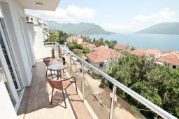 Балкон. Черногория, Герцег-Нови : Пентхаус с видом на море в восточном крыле