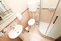 Ванная комната. Черногория, Герцег-Нови : Двухместный номер с видом на сад