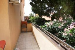 Терраса. Черногория, Петровац : Апартамент с большой террасой и видом на сад