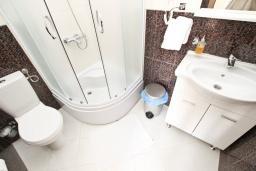 Ванная комната. Черногория, Святой Стефан : Студия для 2 человек, с балконом с видом на море