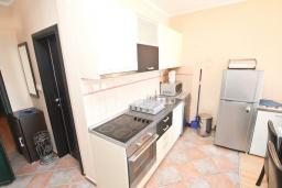 Кухня. Черногория, Мельине : Апартамент с 2-мя спальнями, с большим балконом с видом на море, 80 метров до пляжа