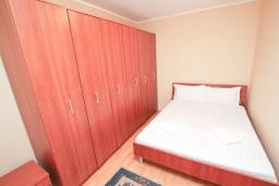Спальня. Черногория, Мельине : Апартамент с 2-мя спальнями, с большим балконом с видом на море, 80 метров до пляжа