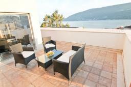Балкон. Черногория, Игало : Шикарный пентхаус для 6-8 человек, с большой гостиной, с 3-мя отдельными спальнями, с 3-мя ванными комнатами, с большим балконом с видом на море, 30 метров до пляжа