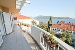 Балкон. Черногория, Герцег-Нови : Апартамент с большой гостиной, с 3-мя отдельными спальнями, с большим балконом с видом на море