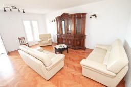 Гостиная. Черногория, Герцег-Нови : Апартамент с большой гостиной, с 3-мя отдельными спальнями, с большим балконом с видом на море