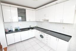 Кухня. Черногория, Герцег-Нови : Апартамент с большой гостиной, с 3-мя отдельными спальнями, с большим балконом с видом на море