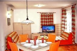 Гостиная. Черногория, Петровац : Апартамент с отдельной спальней, с террасой, 100 метров до моря