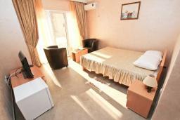 Спальня. Черногория, Утеха : Комната для 2 человек, с балконом с видом на море, возле пляжа