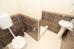 Ванная комната. Черногория, Утеха : Комната для 3 человек, с балконом с видом на море, возле пляжа