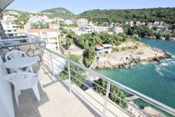 Балкон. Черногория, Утеха : Комната для 4 человек, с балконом с видом на море, возле пляжа