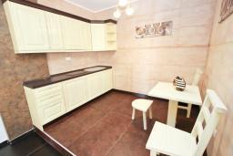 Кухня. Черногория, Утеха : Люкс апартамент с большой гостиной, с отдельной спальней, с террасой с видом на море, возле пляжа
