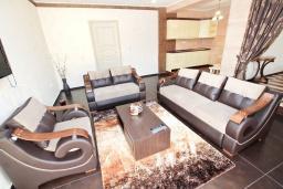 Гостиная. Черногория, Утеха : Люкс апартамент с большой гостиной, с отдельной спальней, с террасой с видом на море, возле пляжа