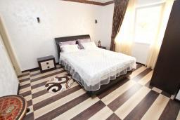 Спальня. Черногория, Утеха : Люкс апартамент с большой гостиной, с отдельной спальней, с террасой с видом на море, возле пляжа