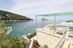 Вид на море. Черногория, Утеха : Люкс апартамент с большой гостиной, с отдельной спальней, с террасой с видом на море, возле пляжа