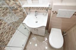 Ванная комната. Черногория, Кумбор : Студия для 3 человек, с балконом с видом на море, возле пляжа
