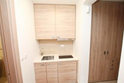 Кухня. Черногория, Игало : Апартамент с отдельной спальней, 50 метров до моря