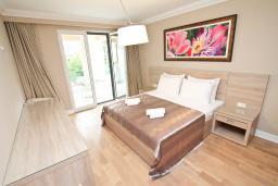 Спальня. Черногория, Игало : Апартамент с отдельной спальней, 50 метров до моря