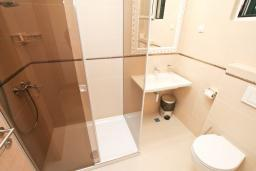 Ванная комната. Черногория, Игало : Апартамент с отдельной спальней, 50 метров до моря