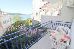 Балкон. Черногория, Рафаиловичи : Комната на 3 персоны с видом на море, 15 метров от пляжа, общая кухня