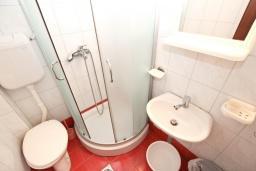 Ванная комната. Черногория, Рафаиловичи : Комната на 3 персоны с видом на море, 15 метров от пляжа, общая кухня