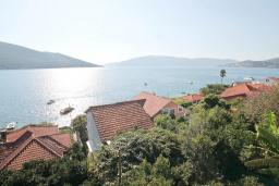 Вид на море. Черногория, Кумбор : Студия с балконом с шикарным видом на море, 50 метров до пляжа