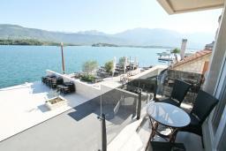 Вид на море. Черногория, Обала Джурашевича : Апартамент с отдельной спальней, с балконом с шикарным видом на море, возле пляжа