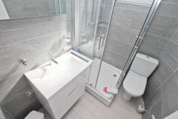 Ванная комната. Черногория, Обала Джурашевича : Апартамент с отдельной спальней, с балконом с шикарным видом на море, возле пляжа