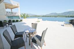 Терраса. Черногория, Обала Джурашевича : Апартамент с отдельной спальней, с террасой с шикарным видом на море, возле пляжа