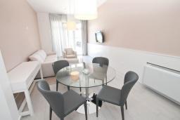 Гостиная. Черногория, Обала Джурашевича : Апартамент с отдельной спальней, с террасой с шикарным видом на море, возле пляжа