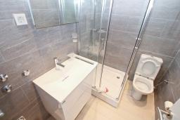 Ванная комната. Черногория, Обала Джурашевича : Апартамент с отдельной спальней, с террасой с шикарным видом на море, возле пляжа