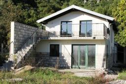 Фасад дома. Черногория, Герцег-Нови : 2-х этажный дом с большой гостиной, с 5-ю отдельными спальнями, с 2-мя ванными комнатами, с террасой и балконом с видом на море, с местом для барбекю, несколько парковочных мест