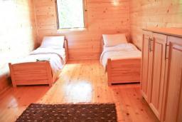 Спальня 2. Черногория, Герцег-Нови : 2-х этажный дом с большой гостиной, с 5-ю отдельными спальнями, с 2-мя ванными комнатами, с террасой и балконом с видом на море, с местом для барбекю, несколько парковочных мест
